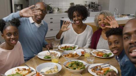 Familie-Spricht-Während-Des-Videoanrufs-Beim-Abendessen-Direkt-Mit-Der-Kamera-Camera