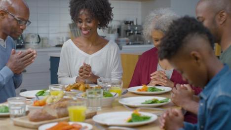 Familia-Saludando-Juntos-Antes-De-Cenar