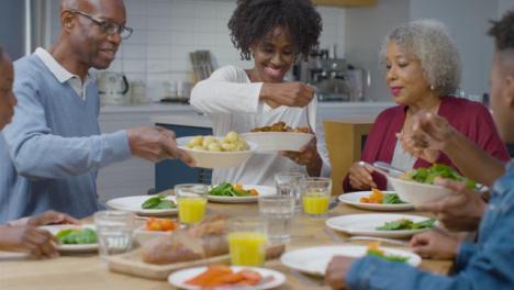 Die-Familie-Fängt-An-Das-Abendessen-Zu-Servieren-Nachdem-Sie-Gnade-Gesagt-Hat
