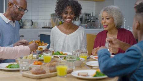 La-Familia-Comienza-A-Preparar-La-Cena-Juntos-En-La-Mesa