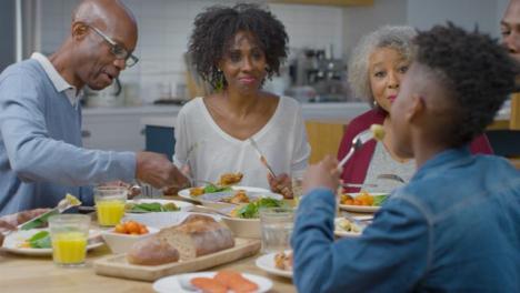 Familia-Comienza-A-Cenar-Juntos