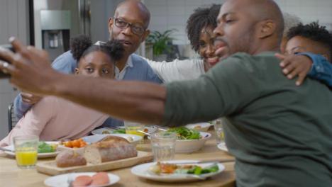 Familie-Die-Beim-Abendessen-Zusammen-Selfie-Macht
