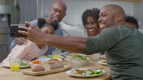 Familie-Beim-Gemeinsamen-Abendessen-Beim-Abendessen-Self