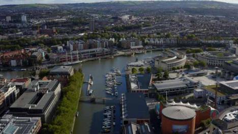 Drone-Shot-Elevándose-Sobre-Bristol-Waterfront-01