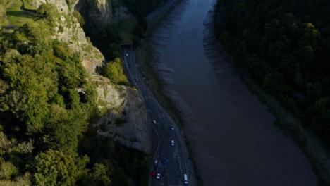 Drohnenschuss-Zieht-Sich-Vom-Fluss-Avon-Weg