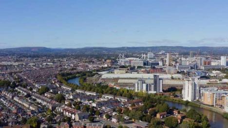 Drone-Shot-Orbitando-El-Horizonte-De-La-Ciudad-De-Cardiff-03