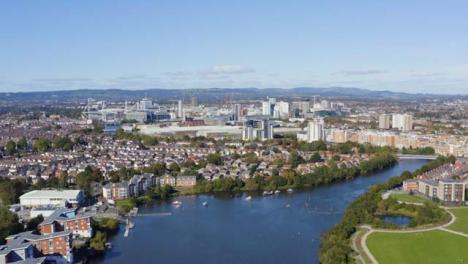 Drone-Shot-Orbitando-El-Horizonte-De-La-Ciudad-De-Cardiff-05
