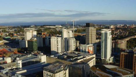 Drone-Shot-Elevándose-El-Horizonte-De-La-Ciudad-De-Cardiff