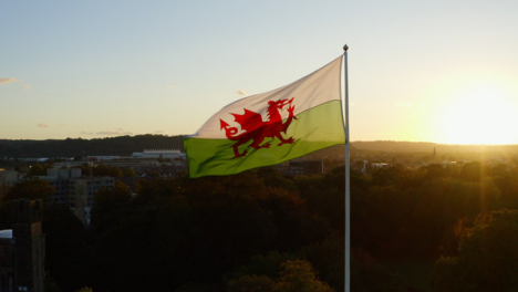 Drohnenaufnahme-Der-Walisischen-Flagge-über-Cardiff-Castle-01
