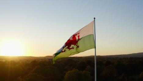 Drone-Shot-Tirando-Hacia-Abajo-De-Los-Castillos-De-Cardiff-Bandera-De-Gales-02