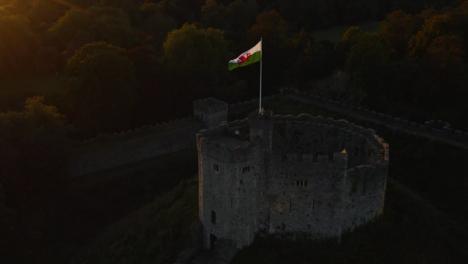 Drone-Shot-Alejándose-Del-Castillo-De-Cardiff-01