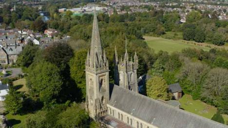 Drone-Shot-Orbitando-Cardiffs-Llandaff-Cathedral-Versión-Larga