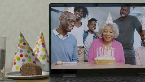 Plano-Medio-Deslizante-De-La-Pantalla-Del-Portátil-Con-La-Familia-Cantando-Feliz-Cumpleaños-En-Videollamada