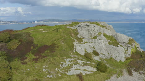 Drone-Shot-Volando-Pasado-Acantilado-Revelando-Murmullos-Muelle-En-Swansea-01