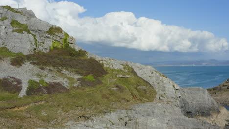 Drone-Shot-Elevándose-Sobre-El-Acantilado-Revelando-Murmullos-Muelle-En-Swansea-02