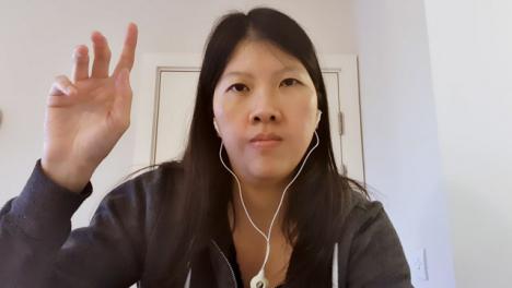 Estudiante-Mayor-Haciendo-Preguntas-Durante-La-Videoconferencia
