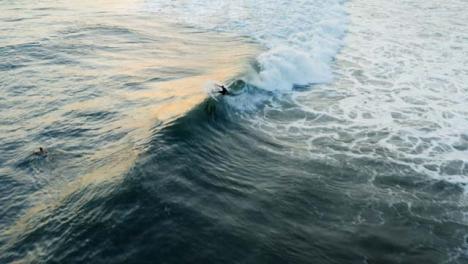 Disparo-De-Drone-Siguiendo-A-Surfista-Montando-Una-Ola