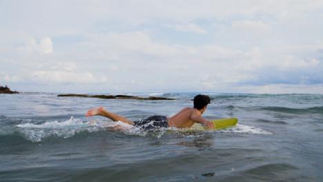 Handheld-Breitbild-Eines-Jungen-Surfers-Der-Ins-Meer-Läuft