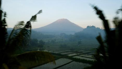 Disparo-De-Drone-Volando-Hacia-El-Volcán-Monte-Agung
