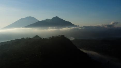 Disparo-De-Drone-Levantándose-Y-Mirando-Al-Monte-Batur-En-La-Distancia