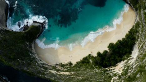 Drone-Shot-Ascendiendo-Por-Encima-De-La-Playa-De-La-Isla-De-Nusa-Penida