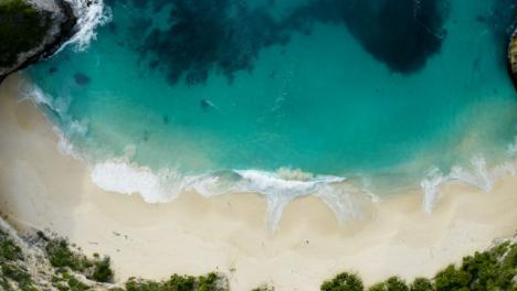 Disparo-De-Drone-Descendiendo-En-La-Playa-De-La-Isla-Tropical