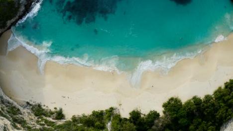 Drone-Shot-Ascendiendo-Por-Encima-De-La-Playa-De-La-Isla-Tropical