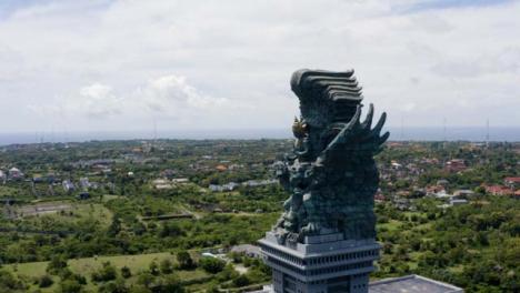 Disparo-De-Drone-Orbitando-águila-Vishnu-Estatua-De-Citas