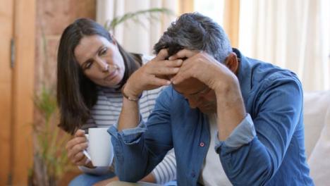Plano-Medio-De-Mujer-De-Mediana-Edad-Reconfortante-Marido-Preocupado