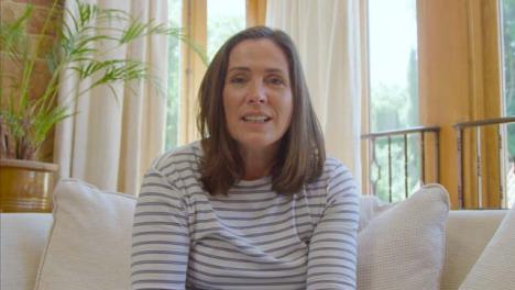 POV-Aufnahme-Einer-Frau-Mittleren-Alters-Die-Während-Des-Videoanrufs-Hallo-Winkt-Und-Mit-Der-Kamera-Spricht