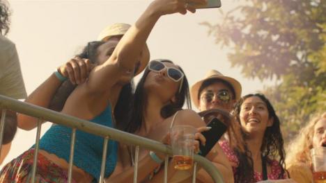 Disparo-De-ángulo-Bajo-De-Jóvenes-Asistentes-Al-Festival-En-Una-Barrera-Del-Escenario-Disfrutando-De-La-Música