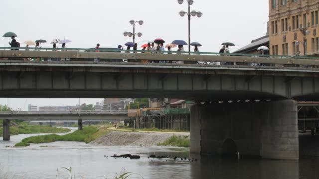 people-walking-in-rain-at-Kyoto-Japan-4k