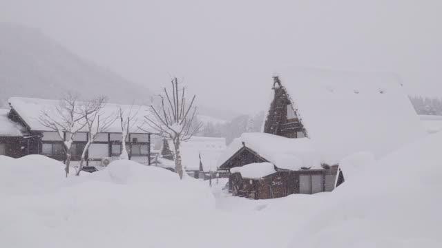 Las-casas-tradicionalmente-paja-en-Shirakawa-go-en-el-invierno-Japón-Dónde-está-el-pueblo-de-montaña-entre-la-nieve-cerca-de-la-Prefectura-de-Gifu-Ishikawa-y-Toyama-