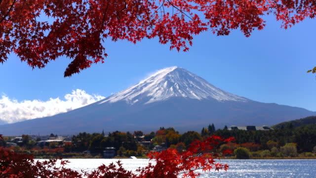 Monte-Fuji-en-Color-de-otoño-Japón