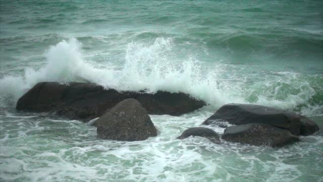 las-ondas-de-movimiento-lento-golpe-roca
