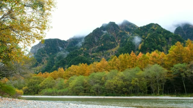 Vista-Lago-Taisho-punto-en-temporada-de-otoño-reflejo-de-agua-y-nubes-azul-cielo-en-el-tiempo-de-mañana-en-el-Parque-Nacional-de-Kamikochi-Japón-