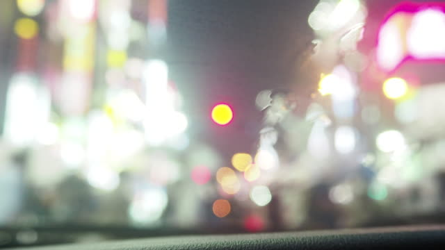 People-who-cross-the-crossing-in-Tokyo-Shinjuku-in-the-rain