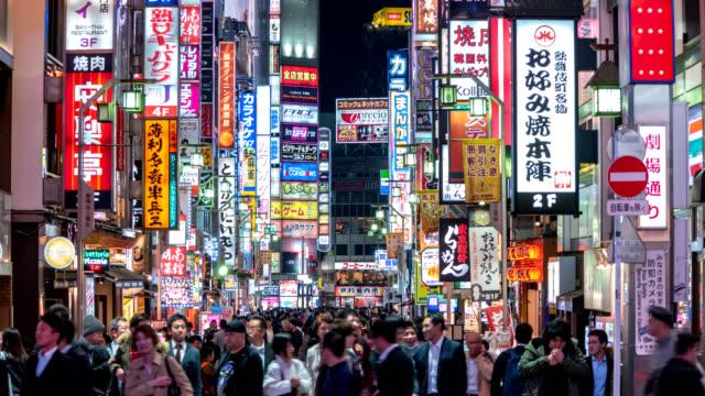Lapso-de-tiempo-de-Tokio-Japón-4K-timelapse-noche-de-turistas-caminando-en-la-calle-de-Shinjuku-Kabukicho