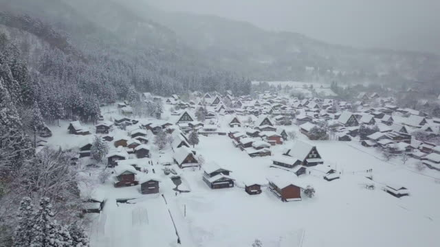 The-traditionally-thatched-houses-in-Shirakawa-go-where-is-the-mountain-village-among-the-snow-near-Gifu-Ishikawa-and-Toyama-prefecture-in-the-winter-Japan