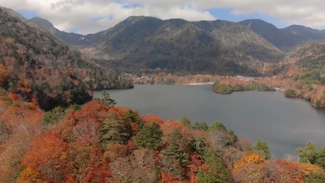 Luftaufnahme-der-See-Yunoko-und-im-Herbst-Laub-Nikko-Tochigi-Japan
