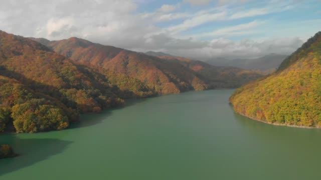 Luftaufnahme-des-Sees-Kawamata-und-im-Herbst-Laub-Nikko-Tochigi-Japan