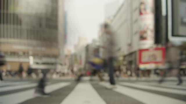 Timelapse---gente-que-camina-en-la-intersección-revuelta-en-Shibuya