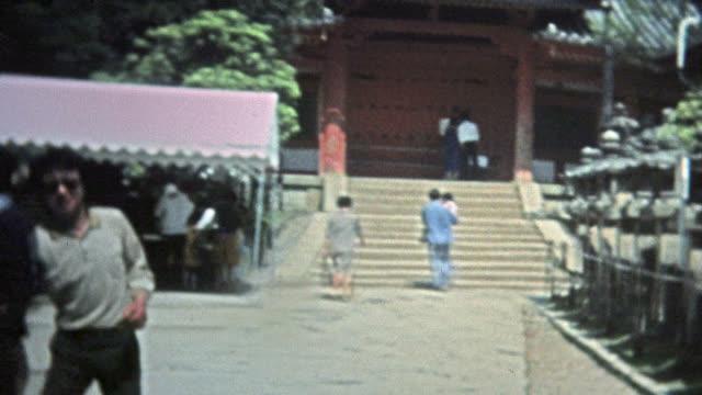 MIKIMOTO-JAPÓN-1973:-Hombre-extracciones-amigo-de-cameraman-japonés-antiguas-ruinas-