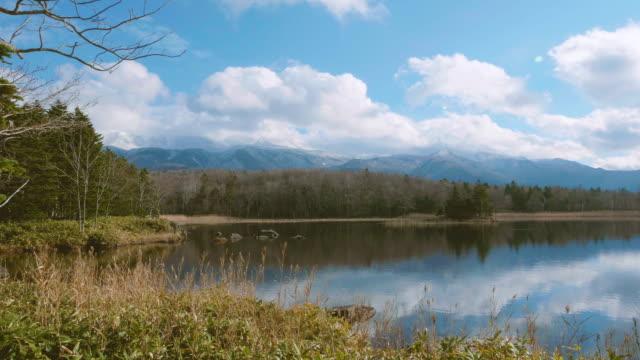 Cinco-lagos-de-Shiretoko-Shiretoko-Goko-en-el-Parque-Nacional-de-Shiretoko-Hokkaido-Japón-filmada-en-4K