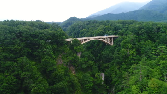 Drayne-Luftaufnahmen-Naruko-Schlucht-und-den-Fluss-in-Osaki-Stadt-Miyagi-Präfektur-Japan-im-Sommer-2017