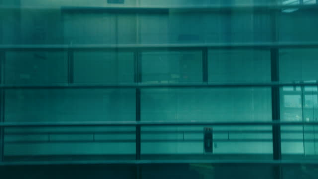 Mueva-el-elevador-en-edificio-de-oficinas-moderno-