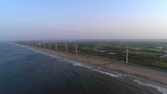 Antenne---Windkraftanlage-die-entlang-der-Küste