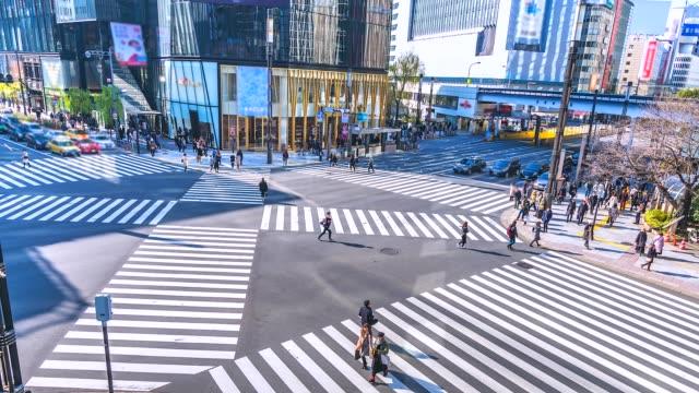 4K-Zeit-verfallen-Verkehr-und-Menge-an-Ginza-Bezirk-Kreuzung-in-Tokio-Japan