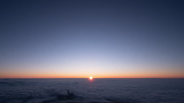 Timelapse---Sunrise-viewed-from-the-top-of-a-Fuji-mountain