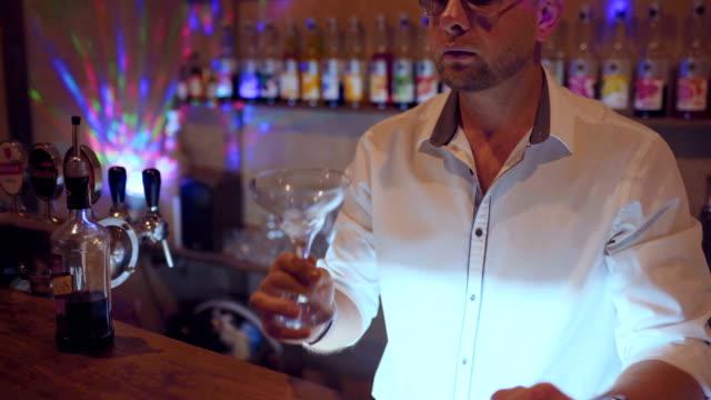 Mann-Barkeeper-arbeiten-auf-brauen-Dip-&amp-drop-Fruchtcocktail-Frucht-Cocktail-servieren-zu-machen